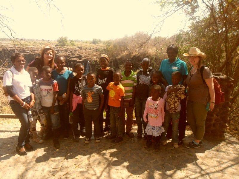 Lara und Sara mit den Kindern